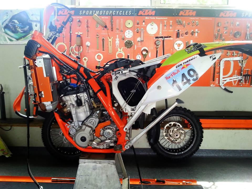motocicleta KTM desfacuta